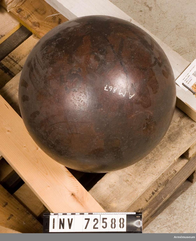 """Grupp F:II.  Det underlag, varpå kulan vilar, har följande inskrift: """"Gustavus Vasa Fox fann denne kula bland Sumters ruiner. Den inkastades från Monitorflottan 1863"""". """"Till Kongl. Svenska Museum från John Ericsson, Newyork 1865""""."""