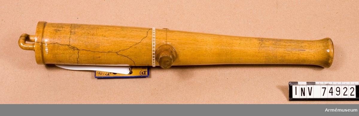 Grupp F:V. Gjuten ur masugn vid Finspong 1863: med gjut n:o. 15. av 2:a klass järn. Tillhör den i föregående n:ris 1849 & 1850, omnämnda leveransen av år 1863, samt uttogs till provpjäs i ändamål att utröna, vad inflytande refflornas längre eller kortare införande i kanalen skulle kunna utöva på kanonens styrka. Jämfr. n:ris 1847 & 1848. Den undergick först provskjutning med 5 skott och därefter försöks- och sprängskjutning, varunder laddningen hela tiden utgjordes av 0:85 kg. (2 pund) eller 85 gr. mer än den vanliga stridsladdningen. Under denna senare skjutning uthöll kanonen 1022 skott, och däraf 1000 skott med en projektilvikt av 3,4 kg. (8 pund). Från och med det 1001:a skottet däremot, ökades prijektilvikten successivt, till dess kanonen sprang i det 1023:e skottet, då nämnda vikt uppgick till 9,35 kg. (22 pund).