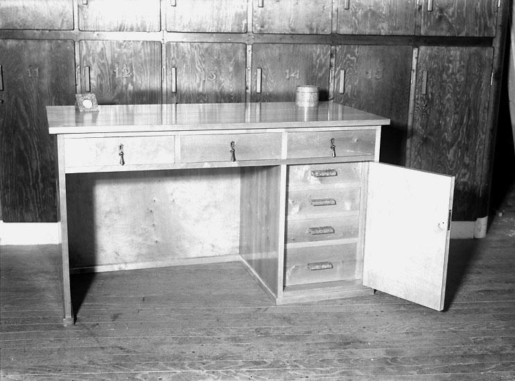 """Enligt noteringar: """"Skrivbord tillverkat som elevarbete vid slöjdskolan."""" (BJ)"""