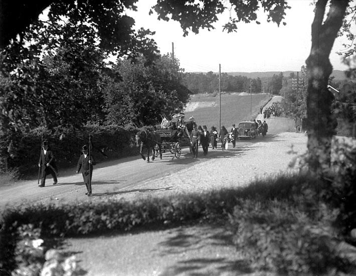 Begravningsfölje på väg till Foss kyrka.