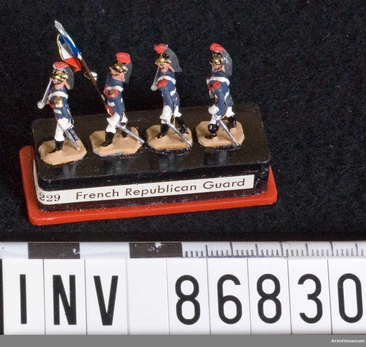 Grupp M V. Föreställer fyra soldater (varav en fanförare), sannolikt ur franska Republikanska gardet. Samtliga på platta och i plastfodral.