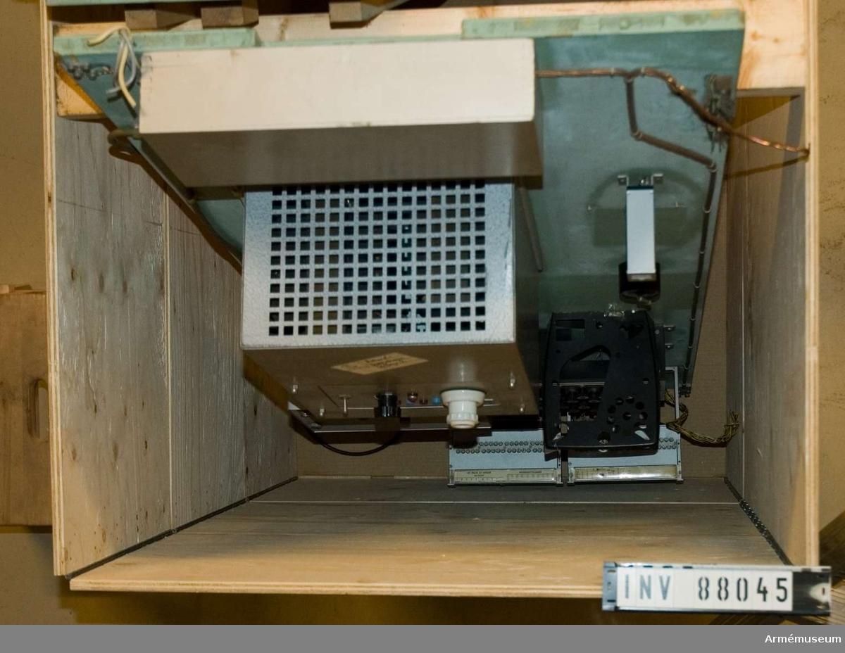 """MX-utrustning till automatiska landsväxlar. Vikt: ca 250 kg.Består av: 1 panel med 10 omkastare 09-80826-2. Tillverkare: Televerket, Farsta. 1 stationstavla nr: 08-76544-2 kod 2257 G 64. Tillverkare: Televerkstäderna. 1 stationstavla 08-765446-1. Tillv.nr: 232 år 1957, omkopplare för 99-nummer. Tillverkare: Televerkstaden, Nynäshamn. 1 väggsektion, """"element"""", med knapplist och genomföringshål. Mått: 1000x2800 mm.  Se anvisningar för tekniska handhavandet av Mx-utrustningen vid automatiska landsväxlar, Telegrafverkets författningssamling. Serie B:61 31/3 1951."""