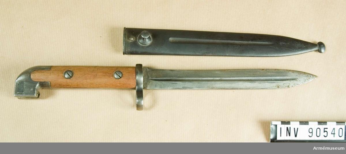 Knivbajonett för karbin m/1894-14 samt kpist m/1945C  Knivbajonett med tveeggad klinga utan blodränder. Fäste med grepplattor av trä och stålkappa. Blånerad stålbalja.  Denna bajonett användes av både flottan och armén, framförallt av kavalleriet och vid högvakt.   Kavalleriet bar bajonetten i en snedställd bäranordning av läder.  Det finns även ett antal m/1914 där man använt delar från m/1913 (balja och låsknapp till baljlåset)   Det finns även lite varianter på baljlåset ('randig' istället för rutmönstrat)