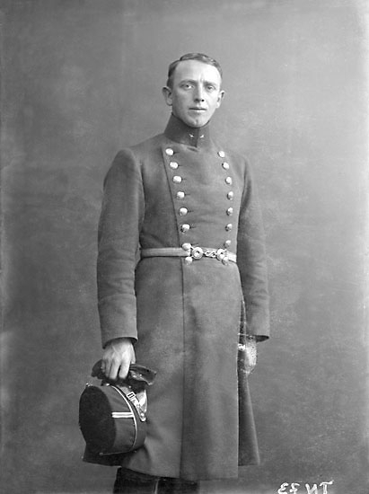 """Enligt senare noteringar: """"Ateljéfoto. Man i uniform, underlöjtnant, sydstat o mössa m/ä."""""""