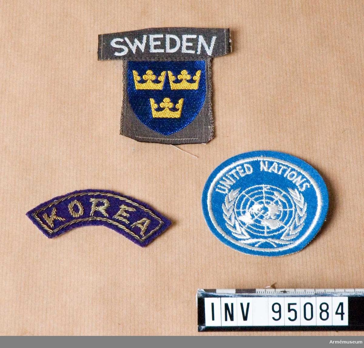 Tre tygmärken. 1. United nations ljusblå märke, 2. Korea 3. Sweden + trekronor från Gaza