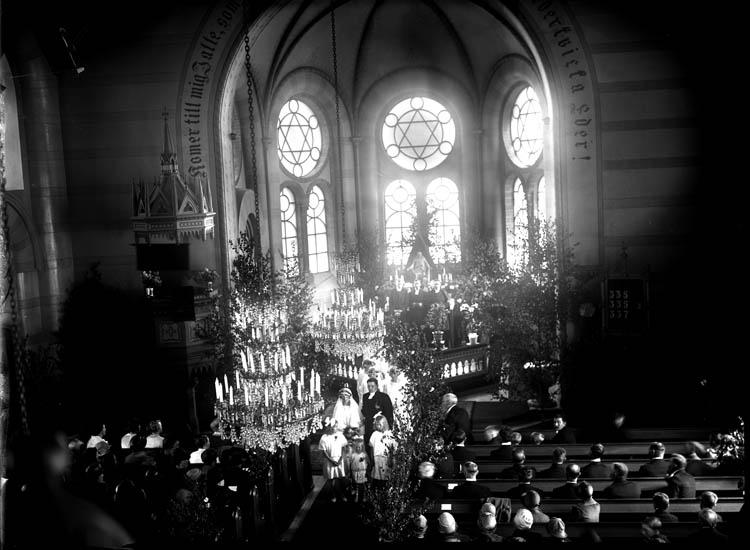 """Enligt tidigare noteringar: """"Interiör från kyrka, koret vid bröllop."""""""