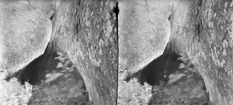 (Stereo karta VI) 19 Juli 1905. Tjuf Halvors håla utifrån, pojken sitter.