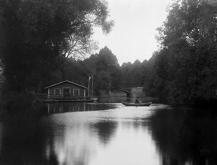 """Enligt tidigare notering: """"Roddbåt vid tvätthuset på Bäveån ovanför träbron vid Hasselbacken."""""""