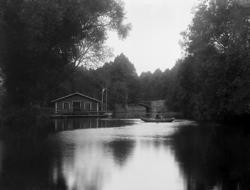 """Enligt tidigare notering: """"Roddbåt vid tvätthuset på Bäveån"""