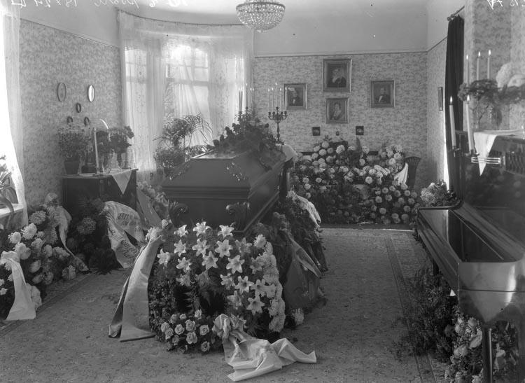 "Uppgift enligt fotografen: ""Uddevalla. Begravning Frits Engelkes kista i hemmet."""