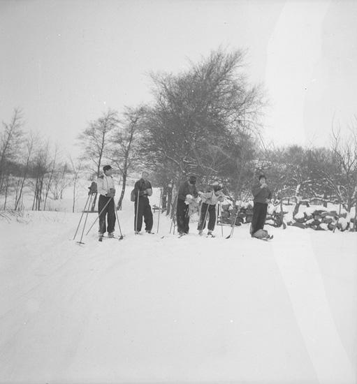 "Text till bilden: ""Fältsport. Skidtur: Häggvall-Holma- Gåseberg, Norrkila, Lyse-Sivik-Lysekil.1940.02.18""."