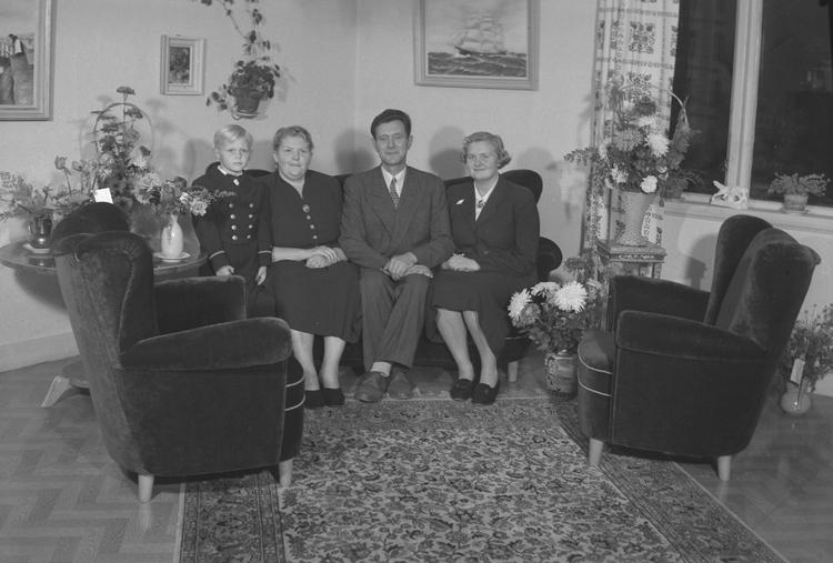 "Text till bilden: ""John Olsson, S. Strandgatan. 8. 1951.10.01""             i"