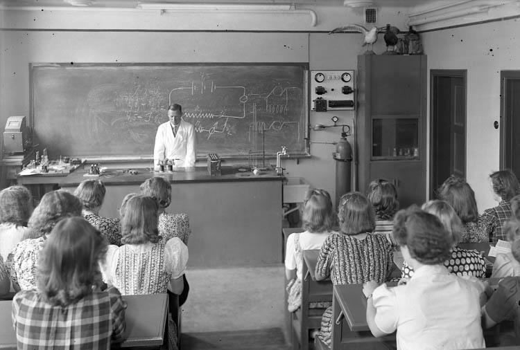 """Text till bilden:""""Kemisal. Flickor och lärare""""."""
