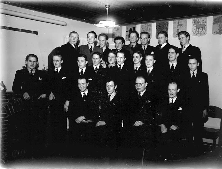 """Text till bilden:""""Gruppbild av tjugotvå herrar""""."""