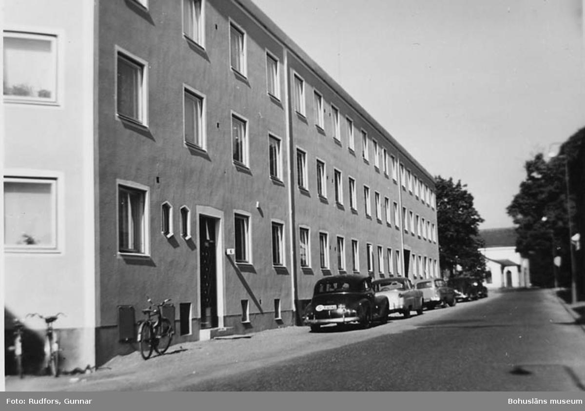 Fastigheten St. Nygat. 4.(b. 1903) rivningsvärderades av staden till 21.243 kr. (20 rum)  Då blev markpriset 33 kr kvmeter. Nu byggdes, där huset låg, en länga på cirka 24 m. 3 vån. och vindslläg. källarlok. Övrig mark blev till gemensam gård, garage, gata och parkanläggning.