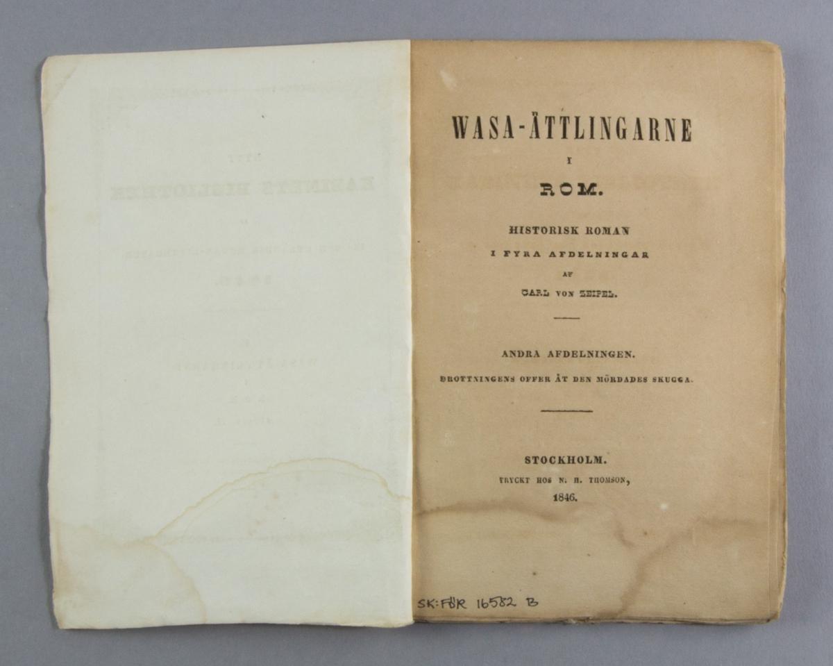 """Bok, häftat pappersband: """"Wasa-ättlingarne i Rom. Afdel. II"""" skriven av Carl von Zeipel och tryckt hos N. H. Thomson i Stockholm 1846.   Andra häftet av fyra, """"Drottningens offer åt den mördades skugga"""". Häftad och oskuren i tryckt omslag."""