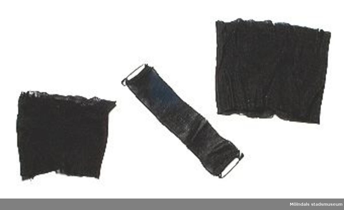 MM02386_1: Färdigknuten svart fluga, avsedd att bäras till frack eller smoking. Litet metallfäste gör att flugan fästes på kragknappen och flugans band knäpps om nacken._2: Tre små sorgband (ett med säkerhetsnålar för fäste på kavajslag)._3: Svart sorgbindel.