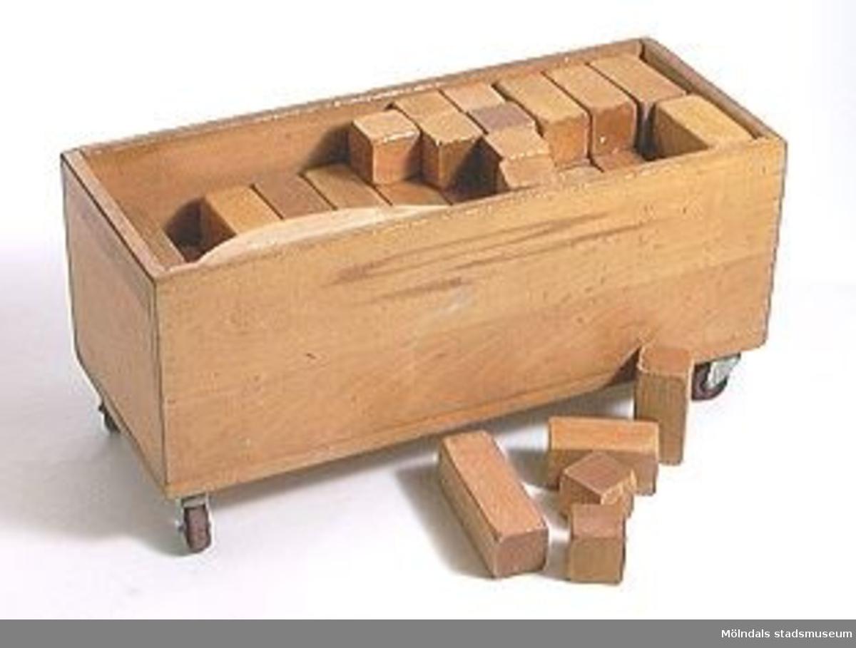 Byggklossar i 59 delar, 17 st fyrkantiga klossar 240x55, 15 st 180x55, 17 st 120x55, 10 st 60x55.Förvaras i en trälåda med 4 st hjul.