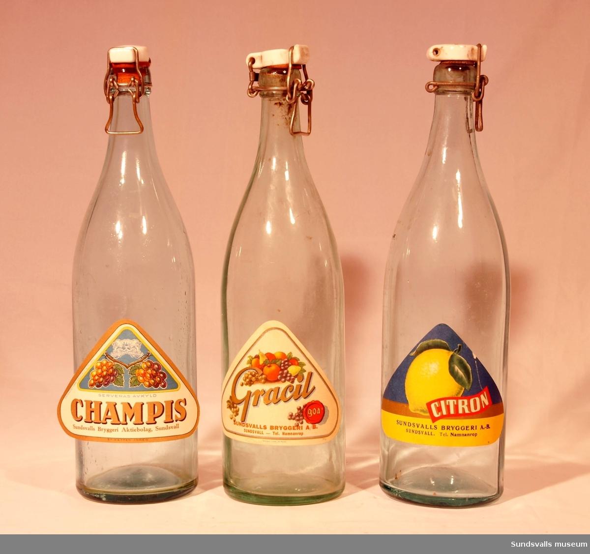 SuM 4944:1-3 tre flaskor med patentkork från Sundsvalls Bryggeri AB. SuM 4944:1 är försedd med en trekantig etikett med texten 'CITRON, SUNDSVALLS BRYGGERI A.-B. SUNDSVALL. Tel. Namnanrop'. SuM 4944:2 har texten 'GRACIL, goa, SUNDSVALLS BRYGGERI A/B SUNDSVALL - Tel. Namnanrop'. Etiketten är tillverkat hos Skånska Litogr. AB i Malmö. SuM 4944:3 har en trekantig etikett med texten 'SERVERAS AVKYLD, CHAMPIS, Sundsvalls Bryggeri Aktiebolag, Sundsvall, ETIKETTEN INREG., EXTRAKTET FRÅN AB ROBERTS ÖREBRO'.