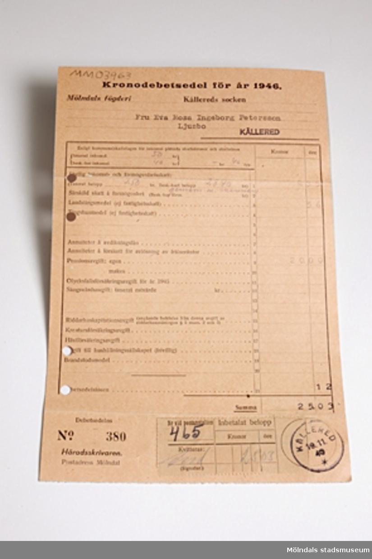 Kronodebetsedel för år 1946, gällande Fru Rosa Pettersson Kållered. Uppgifter om taxerad årsinkomst, 50 kr. Skatt och pensionsavgift, 25.03 kr. Längst ned på papperet sitter postens kvitto på gjord inbetalning och postens stämpel daterad 19/11 1946. På baksidan finns tryckt: Underrättelser för de skattskyldiga. Rosa Pettersson är givarens mor. Hon sambeskattas enl. debetsedeln med maken.
