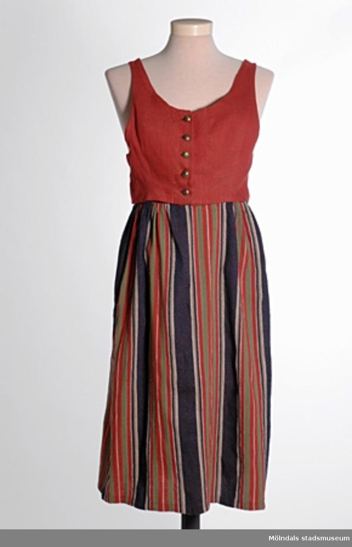 Brunröd damväst med fem mässingsknappar framtill. Det finns också tillhörande kjol MM04100 och hatt MM04101.