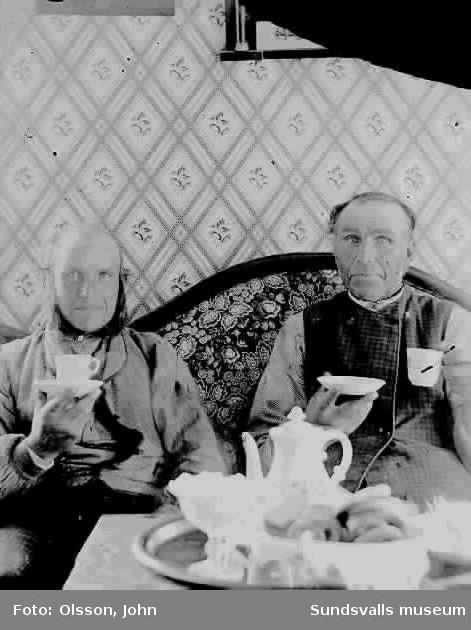 """Taget av överlärare John Olsson Kungsholmen, före 1898  """"Där väst vid sjön"""" i Ingeborgjorden. Grannen Petter """"Där öst vid sjön"""" och fotografens bror Olof Olsson """"Där Väst""""."""