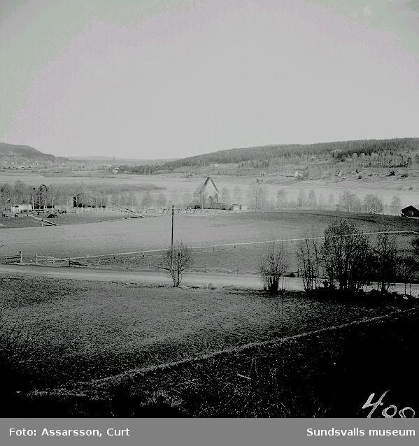 Utsikt med tingsvallen t.h. om kyrkoruinen, Selånger.