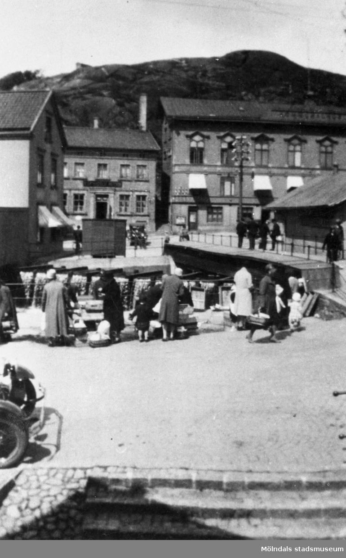 """Handel av fisk vid  Mölndals fisketorg """"Fiskeflôten"""", Forsebron i  Mölndal 1932."""
