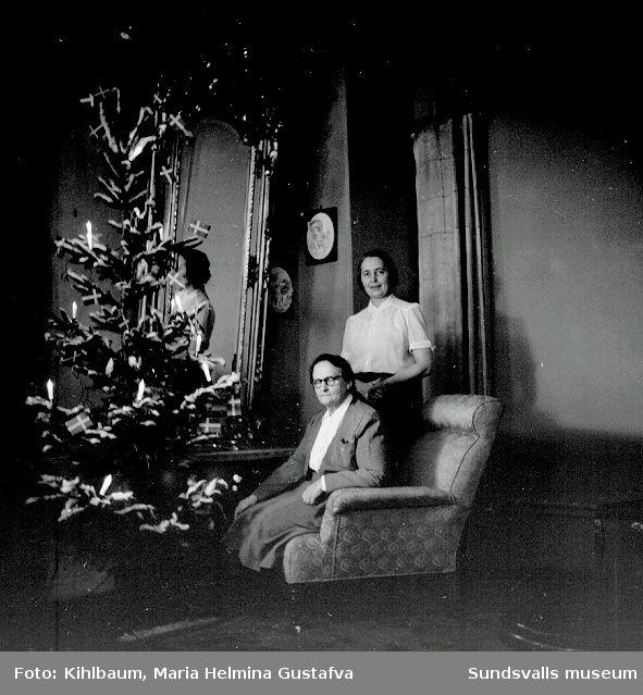 Fotografen Maria Kihlbaum och vännen samt yrkespartnern Ester Näslund vid julgranen i ateljén på Köpmangatan 24.
