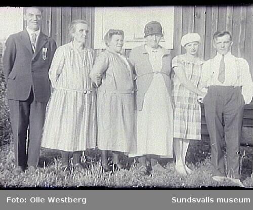 Richard Westberg, Anna Westberg, okänd, Anna Larsson, Linnea och Olle Westberg. Anna Westberg var mor till Richard och Olle, Anna Larsson mor till Linnea.