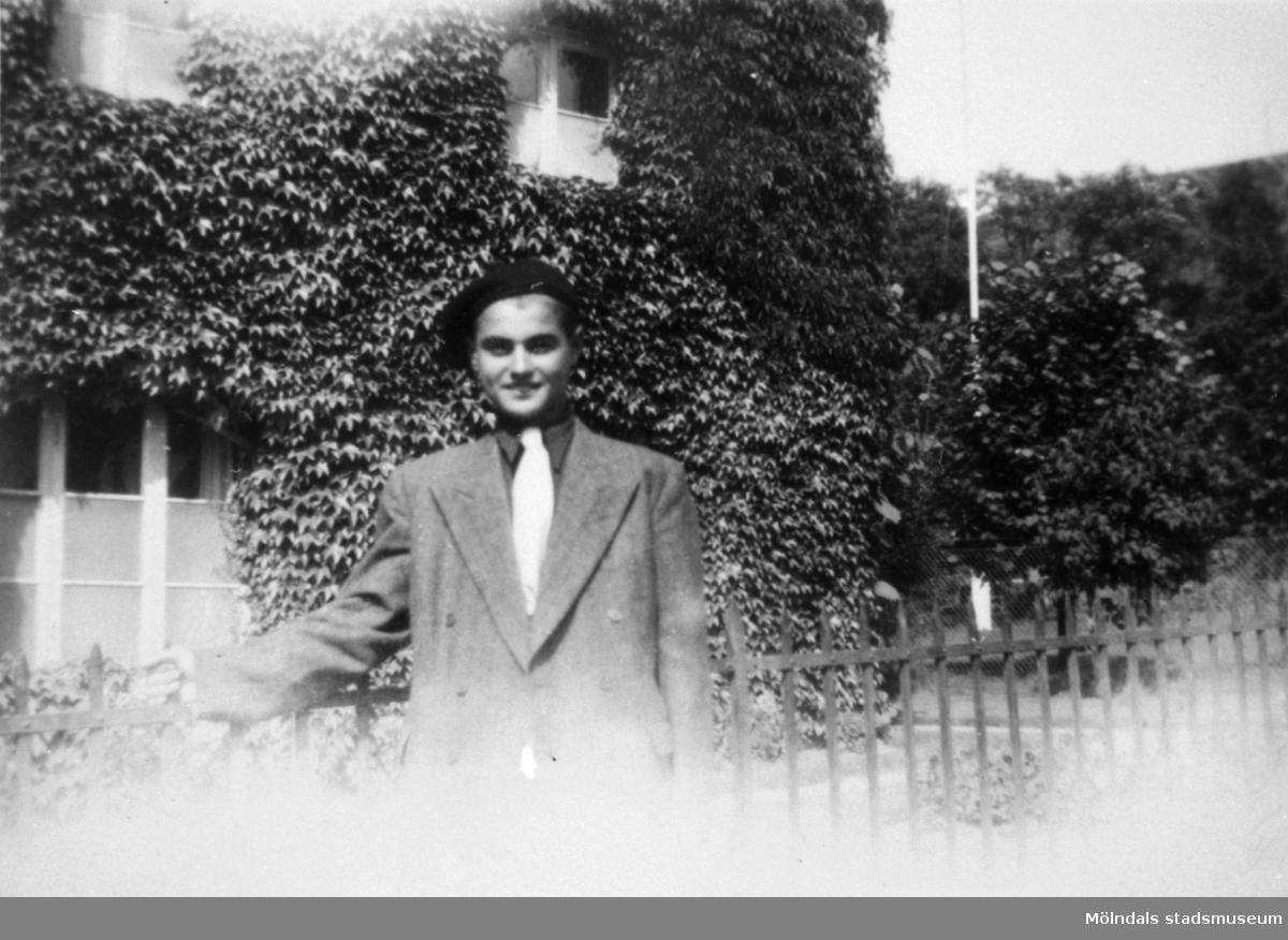 """""""Karantänsförläggning"""" på Kvarnbyskolan för flyktingar från koncentrationsläger i Tyskland 1945. Manlig flykting utanför ett hus."""