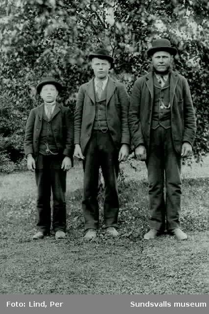 Alby 1898. Tre män i kostym och huvudbonad.