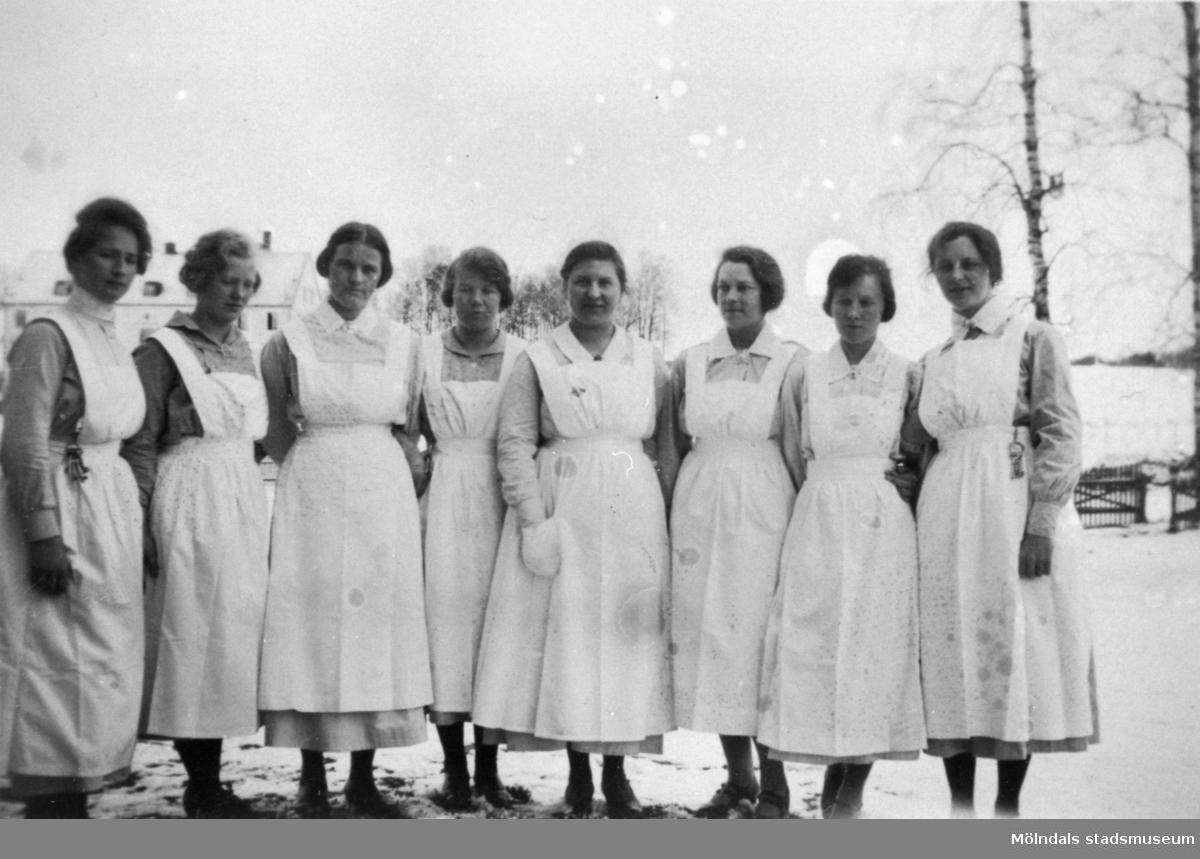 """Stretereds sköterskor utanför Stora skolan 1926. """"Asylen"""" syns i bakgrunden. Från höger: Lilly Nilsson, Berta Jansen, Teresa Flobäck, Berta Johansson, """"Dala"""" Svea Johansson, föreståndarinna Anna Lindström, Alfhild och Elsa Gustavsson-Olsson."""