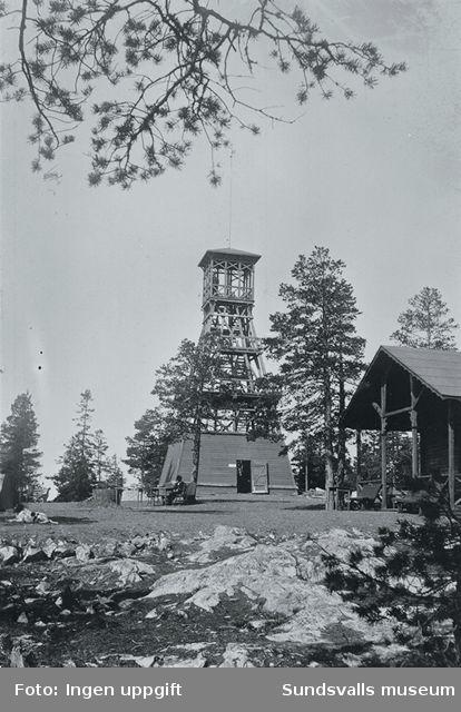 Norra Berget med gamla utsiktstornet i trä samt paviljongen.