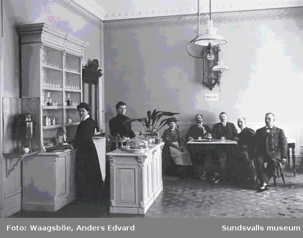 """Kaféinteriör. Enl. anteckn. """"Kan vara f.d. Berghems (?) konditori vid Esplanaden där spårvagnarna hade en hållplats. Östra Esplanaden/Sjögatan"""""""