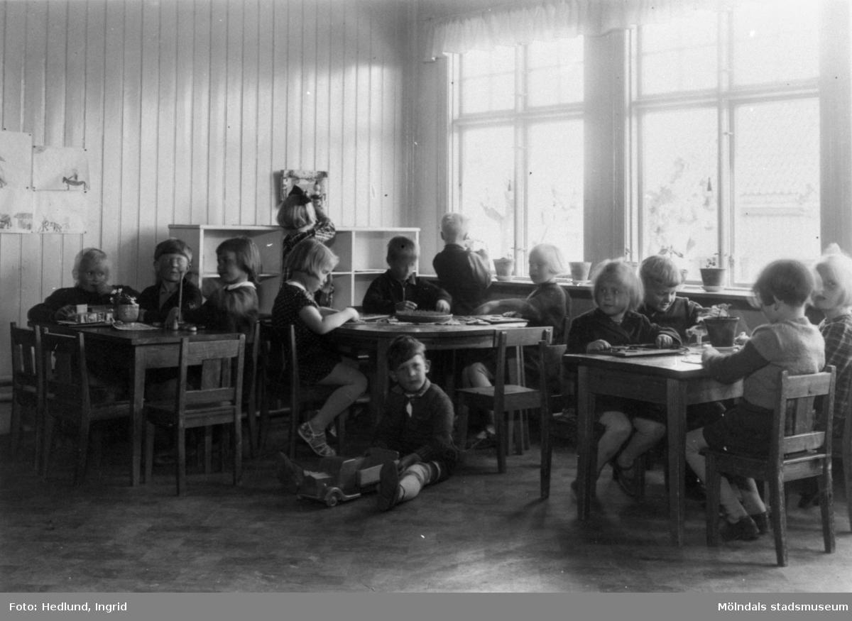 Bosgårdens barnträdgård 1938-1945. Barn som sitter i en skolsal.