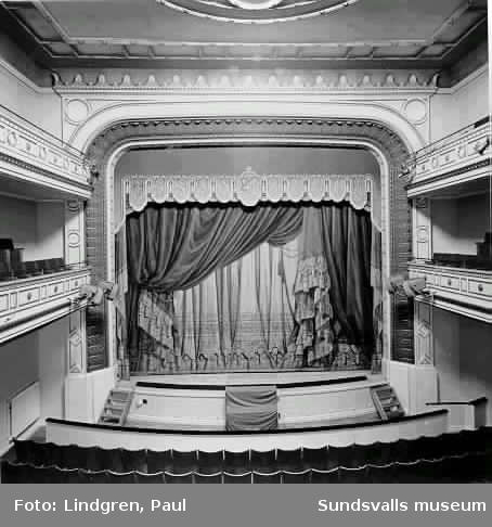 Teaterinteriör, Scenen, salongen, ridån.