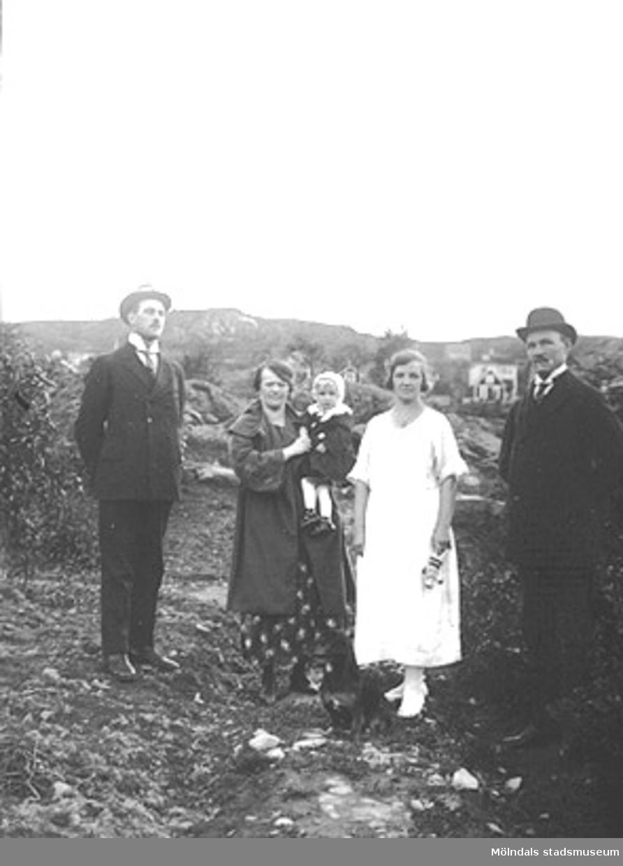 Toltorpsdalen i Mölndal på 1920-talet. Två män, två kvinnor och ett barn stående i ett landskap.
