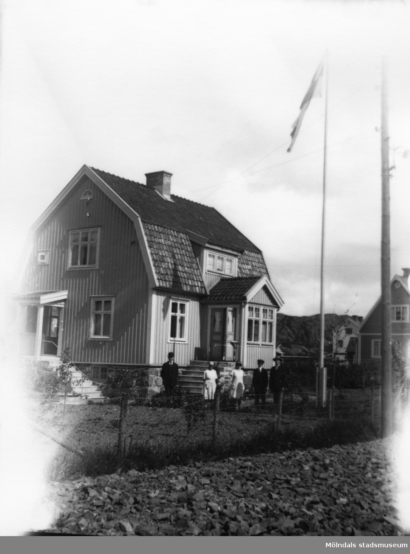 Fässbergsgatan 31 i Toltorpsdalen, Mölndal, på 1920-talet. Östergrens hus i bakgrunden.