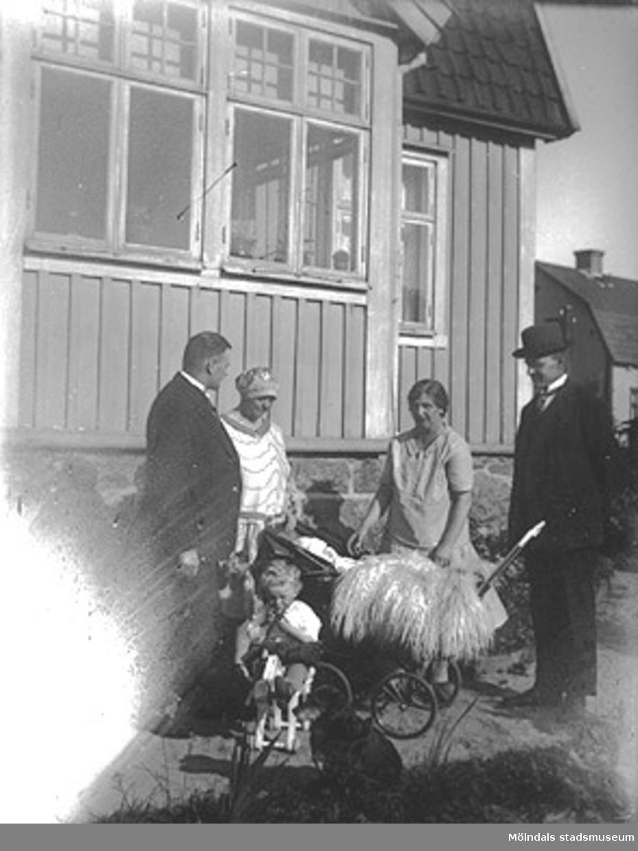 Fässbergsgatan 31 i Toltorpsdalen, Mölndal, på 1920-talet. Fam. Hansson. Holger i barnvagnen och brodern Tore på hästen. Morbror och moster.