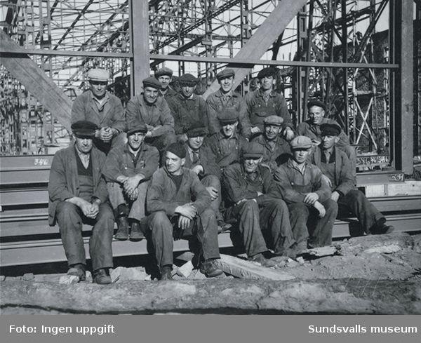 Gruppbild av arbetare, Aloxidverken(Gränges, GA Metall) byggs. Entreprenör Bröderna Hedlund, Stockholm.