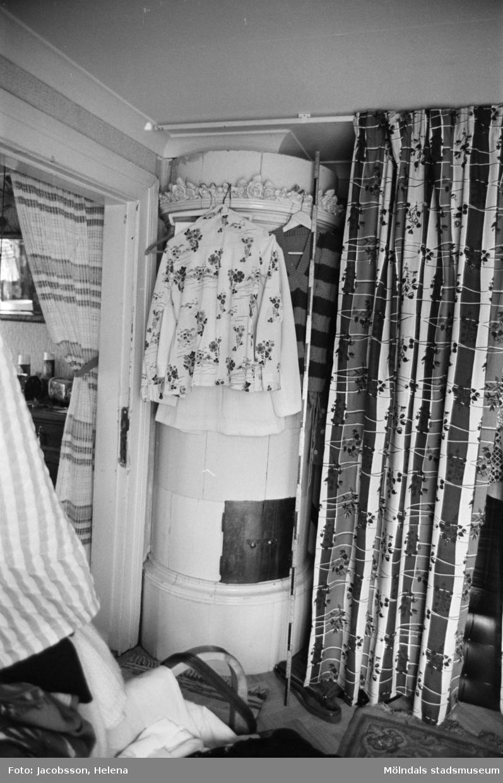 """Kakelugn i bostadshus på Roten M 18 i Mölndals Kvarnby, 1972. Bostadshuset har en kvarvarande """"brygga"""" utanför. Se bild 1991:1106."""