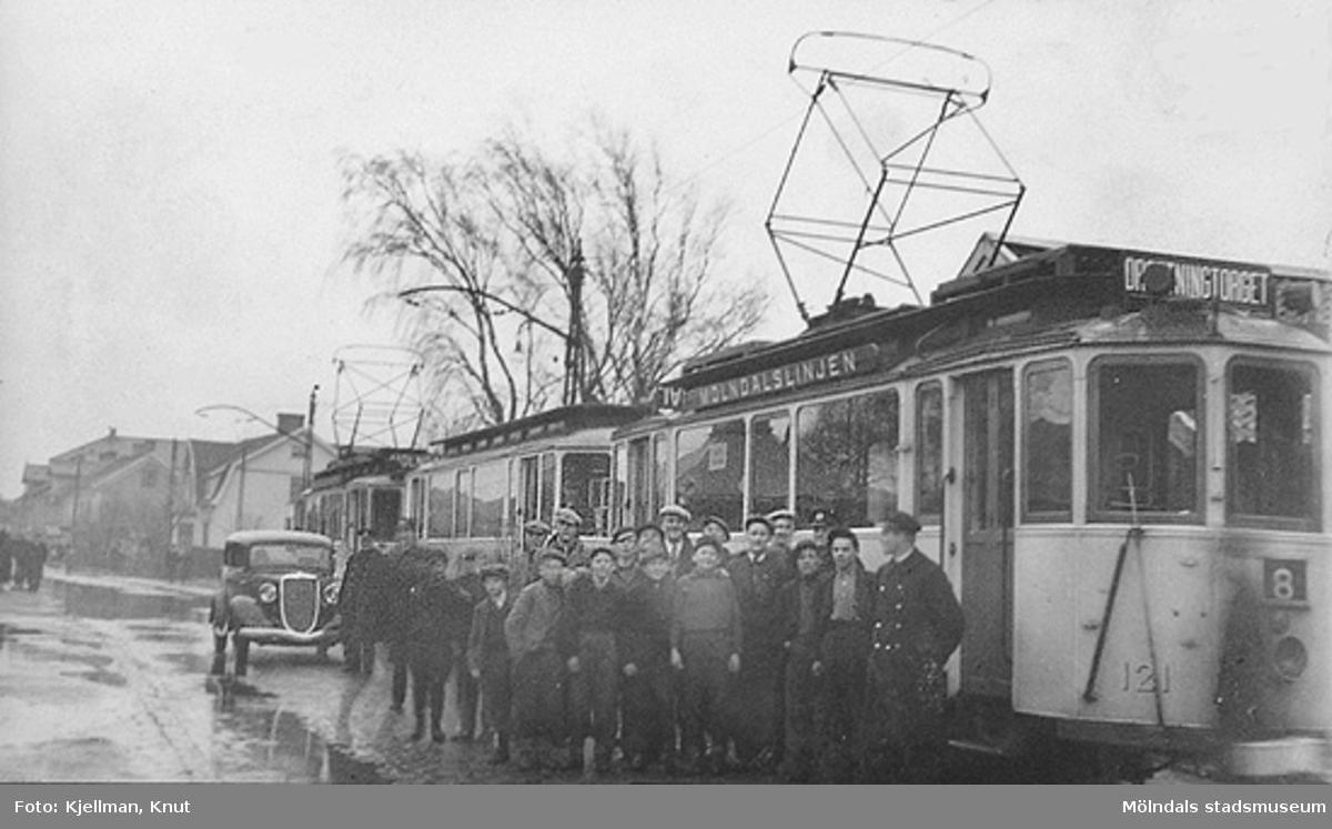 Mölndalslinjen, linje 8. Översvämning vid spårvägen mellan Kyrkogatan (nu Tempelgatan) och Knarrhögsgatan.   Bilden är 1940-talet med tanke på mellersta vagnen, en släpvagn utan egen strömtagare.