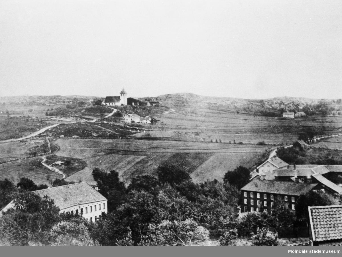 """Vy över Annestorp mot kyrkan. Man ser det gamla """"Anderstorps fabriker"""" som revs 1909 till vänster. Till höger ser man """"Böggninga"""" som var arbetarbostäder för fabriksarbetare. Det fanns 52 rum och 3 kök (ett i varje våning), ej vatten och avlopp, WC på baksidan av huset. Årtal okänt."""