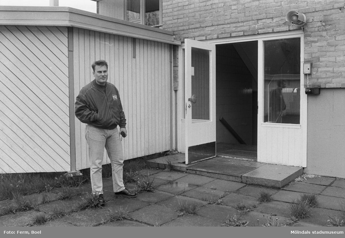 Dokumentation av Sagåsens flyktingförläggning 1992. En man står ...
