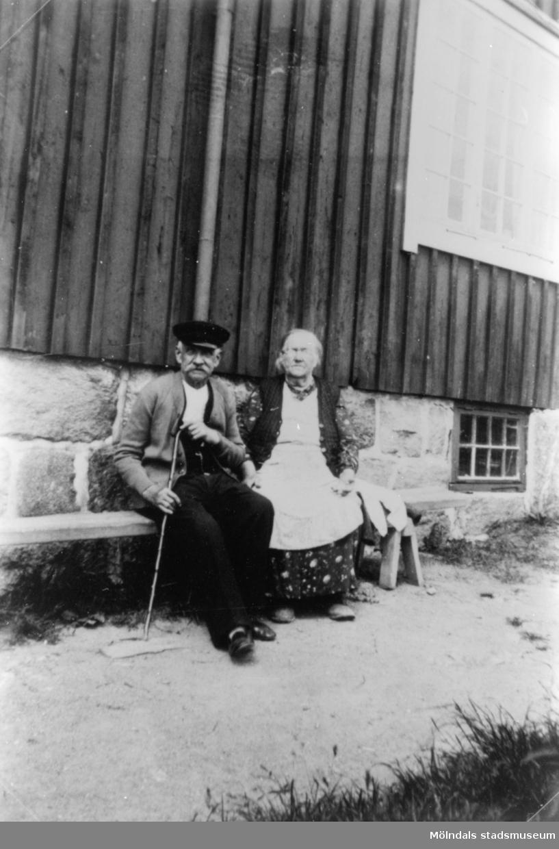 Linnea Börjessons föräldrar Teodor och Carolina, utanför sin bostad i övre byn i Anderstorp.