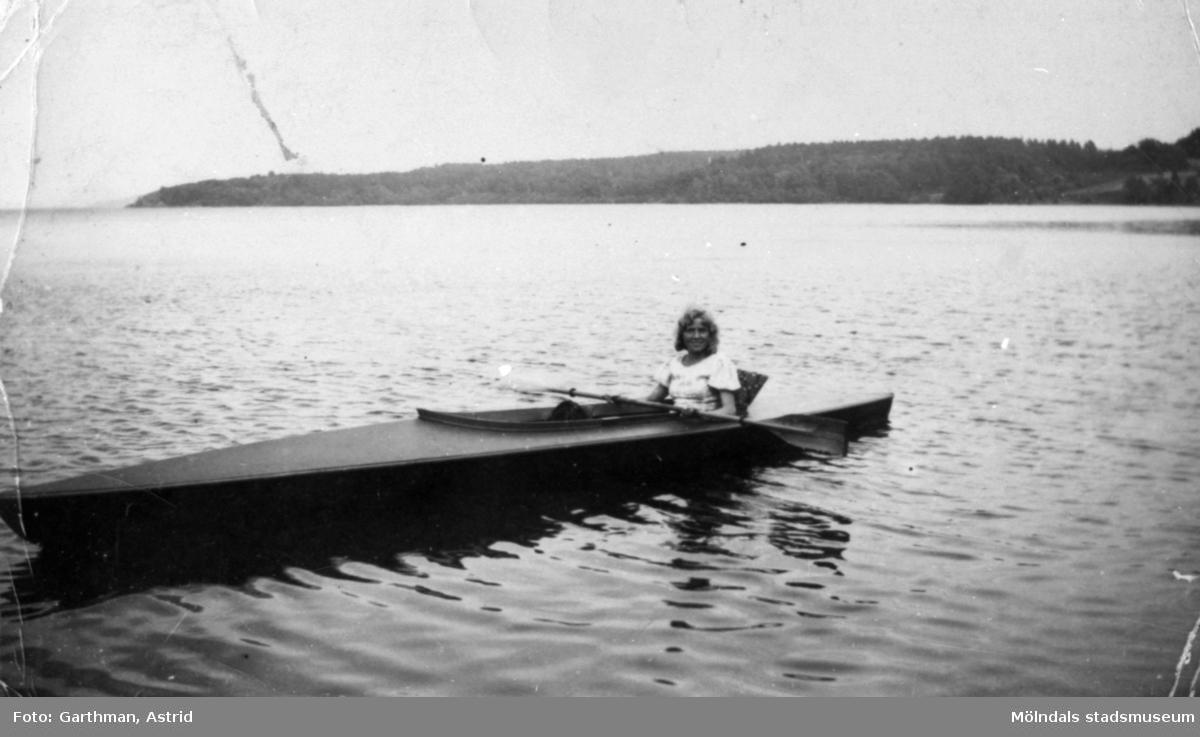 Kvinnlig bekant i Helmer Garthmans kanot på sjön Lygnern i Fjärås. 1930-tal.
