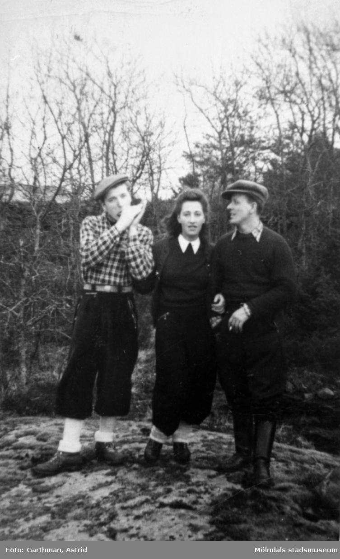 Charlie och Elsa Jinnestedt med kompisen Helmer Garthman i Fjärås, 1940-tal.