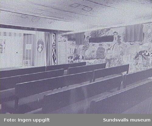 Sagogrottan i Stadsbibliotekets källarvåning, W-huset, Köpmangatan 15. Sagogrottan var dekorerad av skolbarn. Repro från originalfotografiet tillhörande Sundsvalls Stadsbibliotek.
