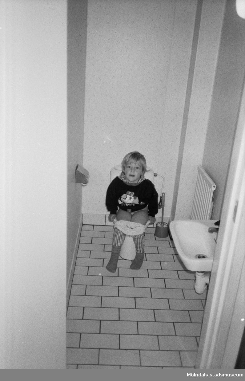 Ett litet barn sitter på toaletten i väntan på hjälp. Katrinebergs daghem, 1992-93.